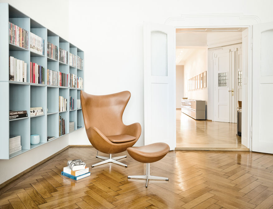 Das Egg Chair in Leder Elegance Walnut mit Footstool von Arne Jacobsen im Falkenberg Apartment Munich