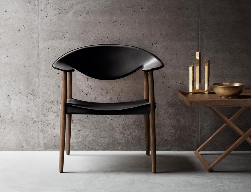 Der LM92P Metropolitan Chair in Walnuss und mit Polsterung Leder schwarz von Larsen & Bender Madsen
