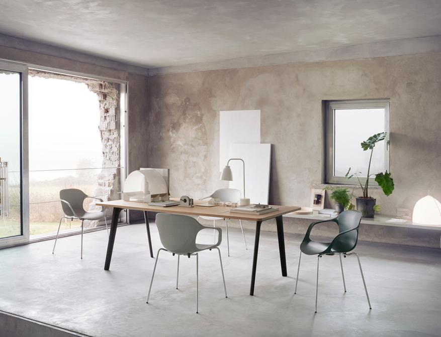 Der Nap Chair von Kasper Salto mit Armlehnen in diversen Farben am Tisch Pluralis ebenfalls von Kasper Salto