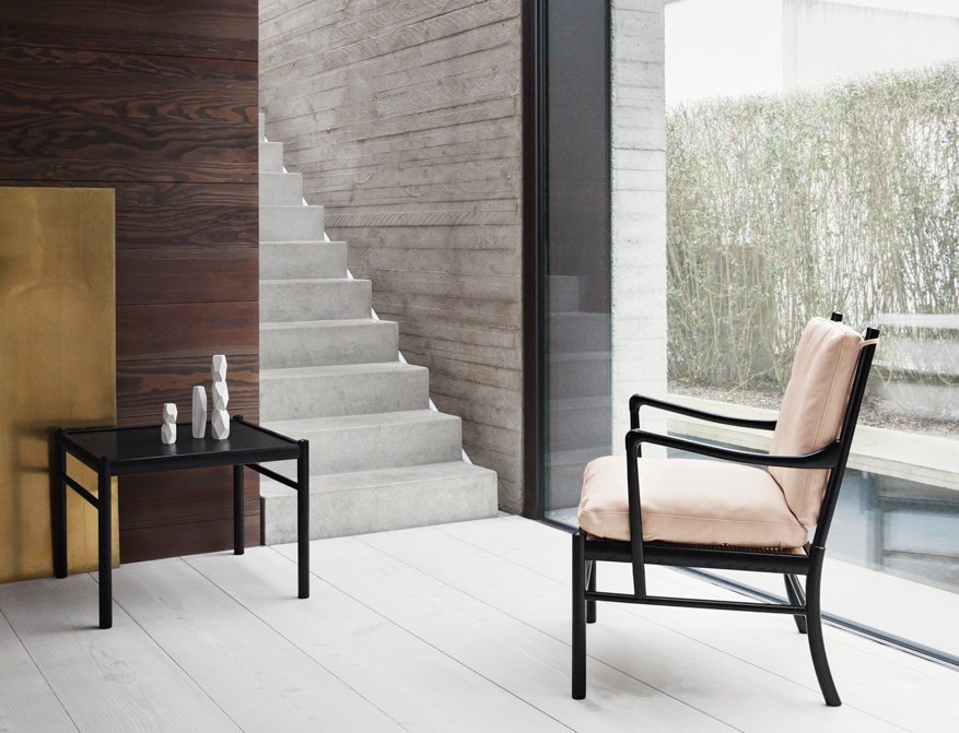 Der Colonial Chair OW149 mit Polsterung in Leder Natural und Gestell in Eiche schwarz von Ole Wanscher
