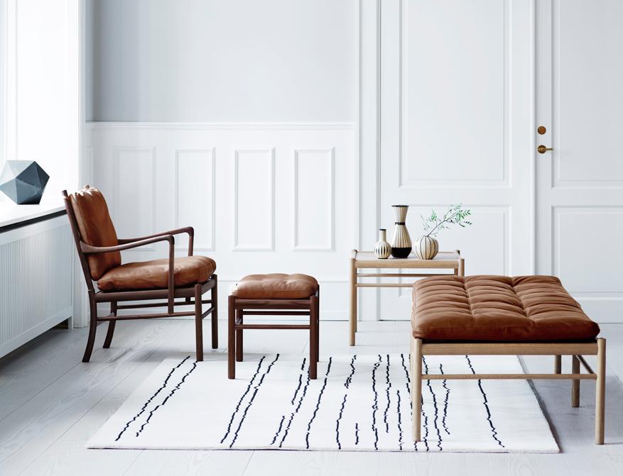 Der Colonial Chair OW149 mit Polsterung in Leder Braun und Gestell in Walnuss mit passendem Footrest und Daybed OW150 alles von Ole Wanscher