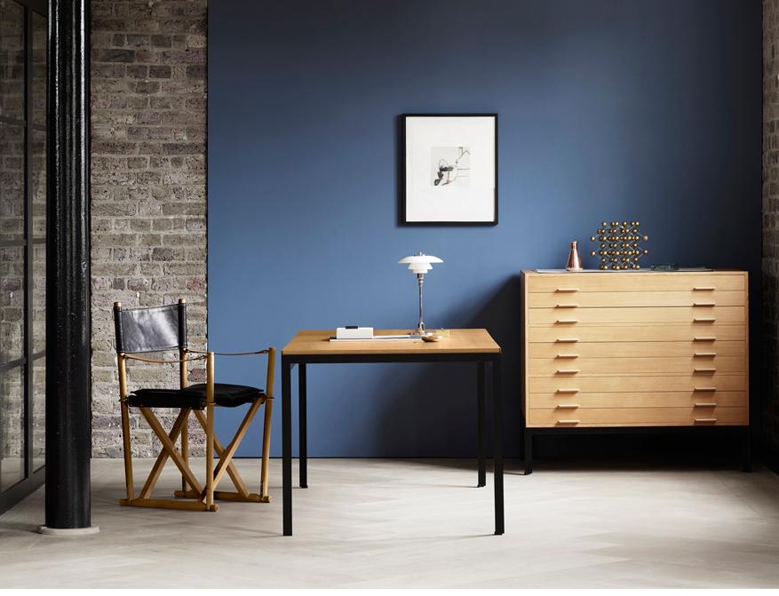 Der Professor Desk PK52 von Poul Kjaerholm mit Tischplatte in Eiche und Gestell in Stahl schwarz