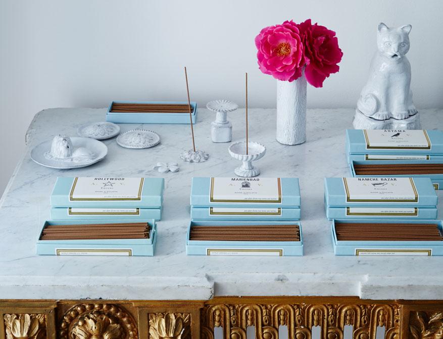 Die Räucherstäbchen mit Incense Holder, Vase und Räucherkatze Setzuko von Astier de Villatte