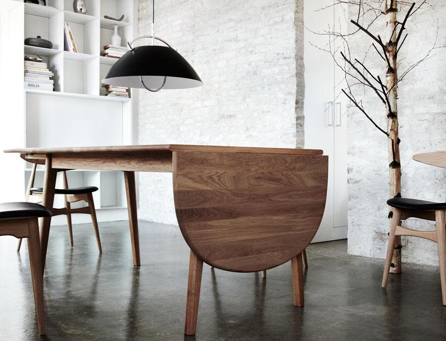 Der Tisch CH006 in Eiche mit Stühlen CH33 in diversen Ausführungen von Hans J. Wegner