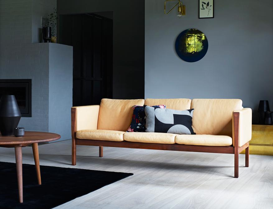 Das Sofa CH163 in Walnuss geölt und mit Polsterung Leder Natural davor der Coffee Table CH008 beides von Hans J. Wegner