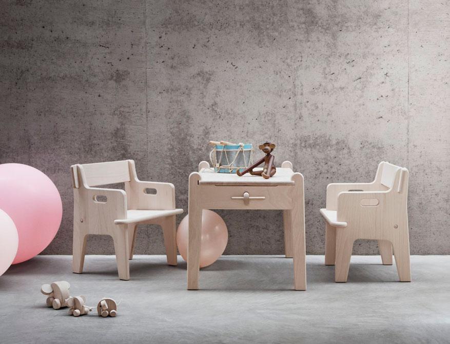 Der Kinderstuhl CH410 und passender Tisch CH411 von Hans J. Wegner in Buchenholz