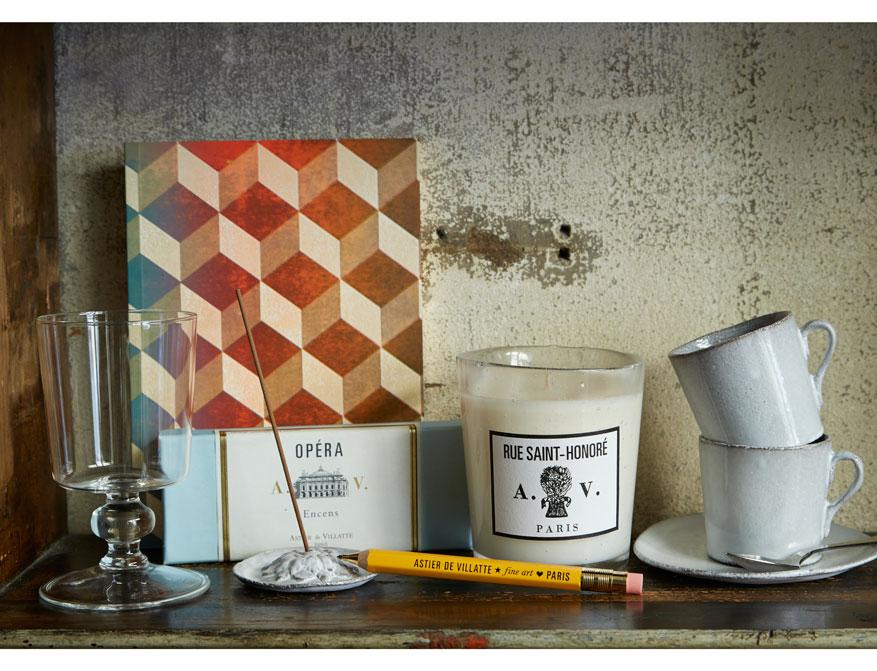 Duftkerze Rue Saint Honoré im Glas, Räucherstäbchen, Notizbuch und Kaffeetassen aus Keramik alles von Astier de Villatte