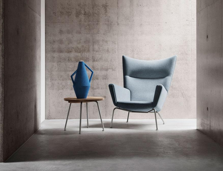 Der Coffee Table CH415 in Eiche daneben der Easy Chair CH445 beides von Hans J. Wegner
