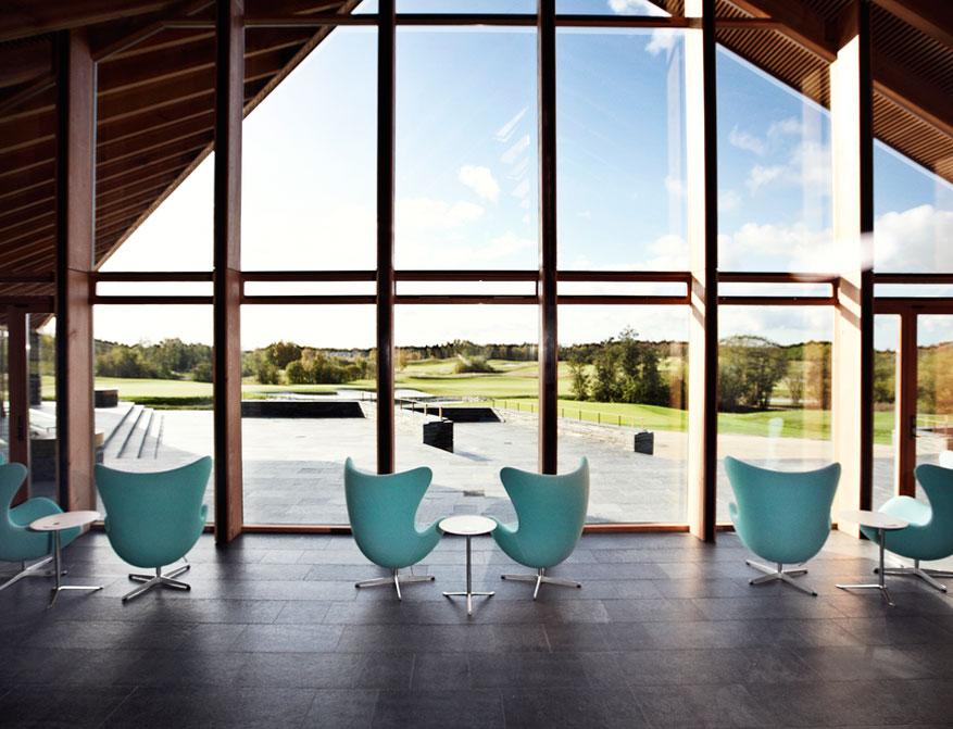 Coffee Table Little Friend von Kaspar Salto in Ausführung Farbe weiß mit Egg Chairs von Arne Jacobsen
