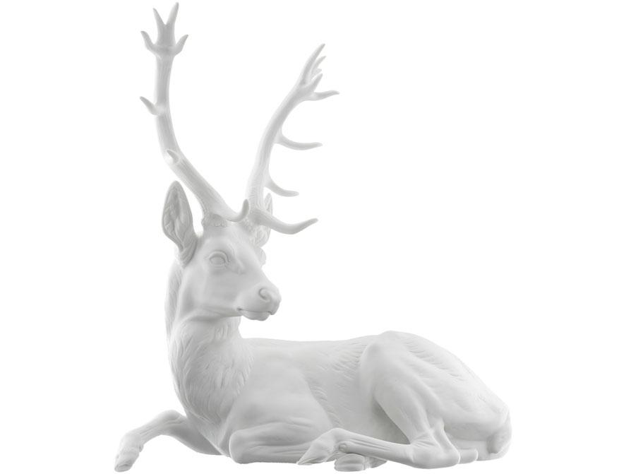 Der liegende Hirsch gefertigt aus weißem Biskuitporzellan von der Porzellanmanufaktur Nymphenburg in München