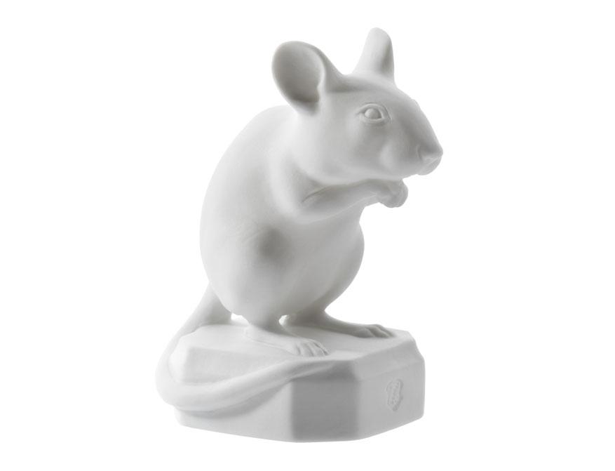 Die Maus Karl sitzend aus weißem Biskuitporzellan gefertigt von der Porzellanmanufaktur Nymphenburg in München