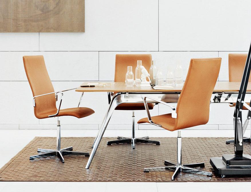 Der Oxford Chair Model 3272 von Arne Jacobsen mit mittlerer Rückenlehne in Leder Elegance Walnut gepolstert und mit verchromtem Gestell