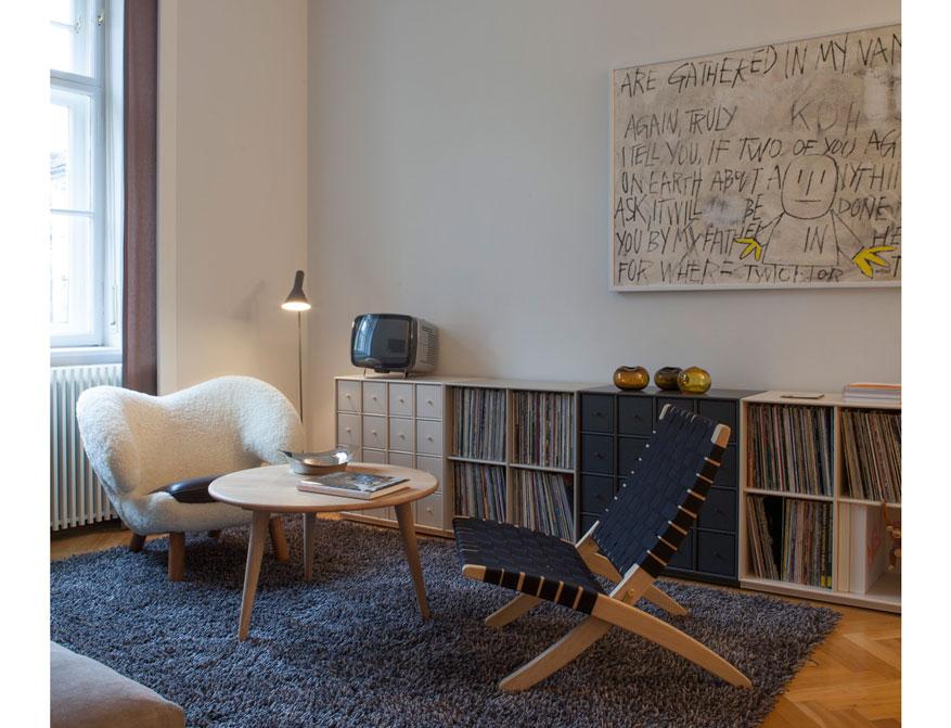 Der Coffee Table CH008 in Eiche daneben der Cuba Chair beides von Hans J. Wegner und der Pelican Chair von Finn Juhl im Falkenberg Apartment Munich