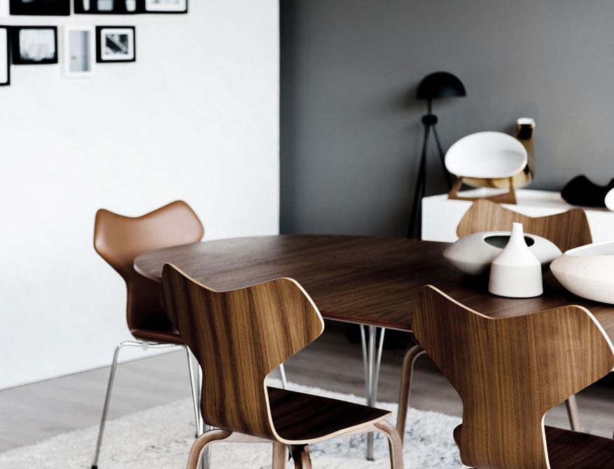 Der Stuhl Grand Prix in Walnuss mit verchromtem Gestell am Tisch Super Elliptical beides von Arne Jacobsen