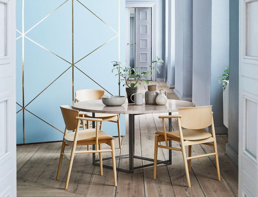 Der Stuhl N01 in Ausführung Buche von Nendo am Tisch PK54 in Ausführung Marmor beige von Poul Kjaerholm