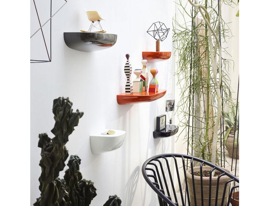Corniches in small medium und large und in weiß, orange, dunkelgrau und schwarz von Ronan&Erwan Bouroullec daneben Wooden Dolls