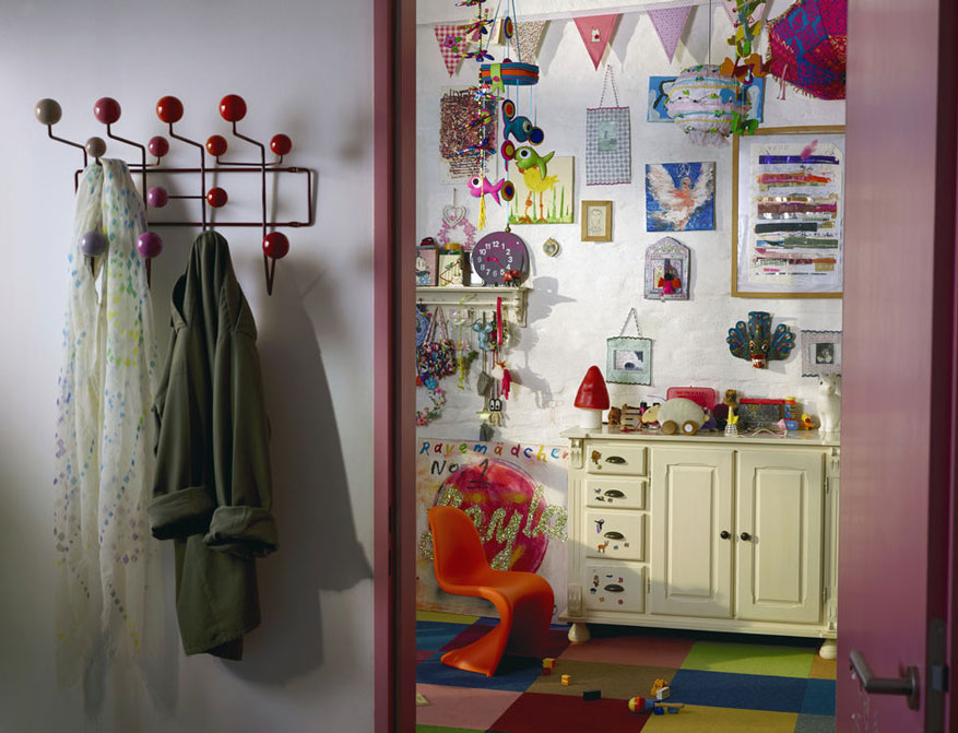 Panton Julior in classic red von Verner Panton mit Hang it all Garderobe in rot multitone von Carles und Ray Eames