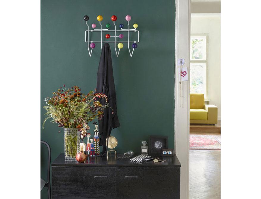 Hang it all Garderobe in weiß mehrfarbig von Carles und Ray Eames daneben Wooden Dools und Desk Clock Zip