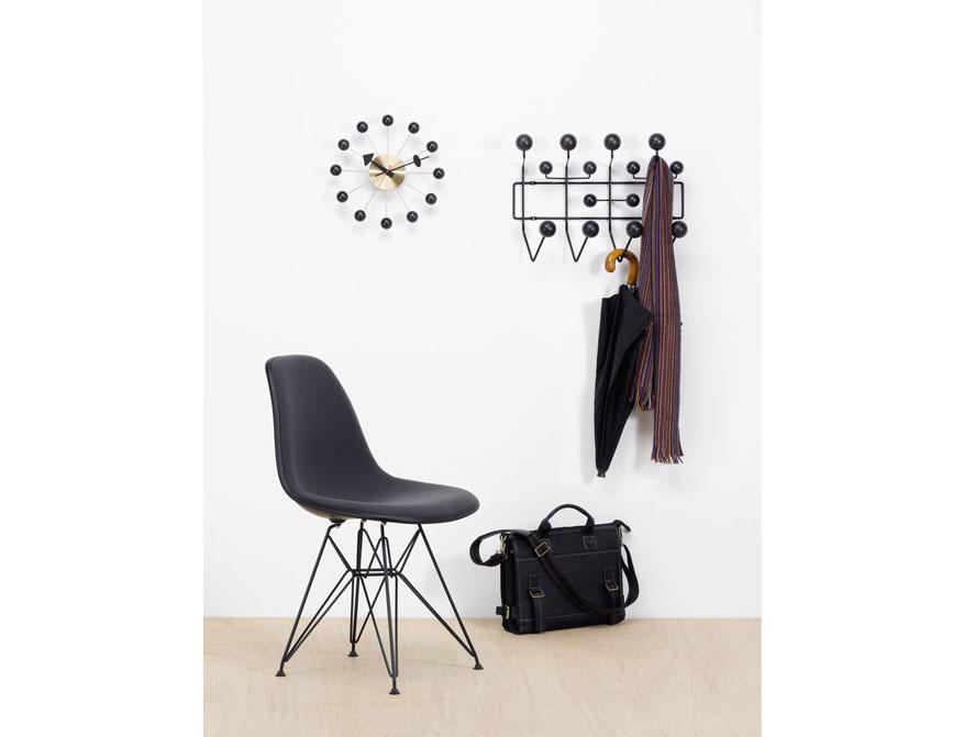 Die Garderobe Hang it all und die Ball Clock in Ausführung schwarz mit dem Plastic Chair in Ausführung schwarz von Vitra