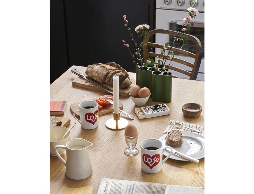 Coffee Mug Love Heart in rot daneben Matchbox Dove und Candle Holder von Alexander Girard und Nuage Vase in Efeu