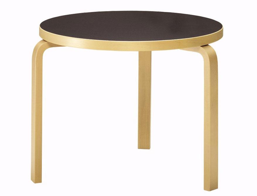 Runder Tisch 90B mit drei Beinen in der Ausführung Beine und Tischkante klar lackierte Buche und Oberfläche Linoleum schwarz von Alvar Aalto
