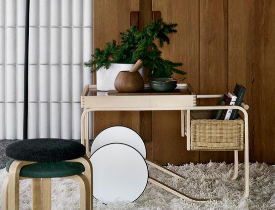 Hocker 60 mit Teewagen 900 schwarz gefliest und Rattankorb von Alvar Aalto