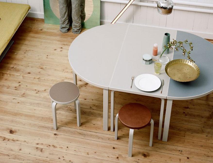 Hocker in verschiedenen Ausführungen mit Aalto Tischen in verschiedenen Ausführungen von Alvar Aalto