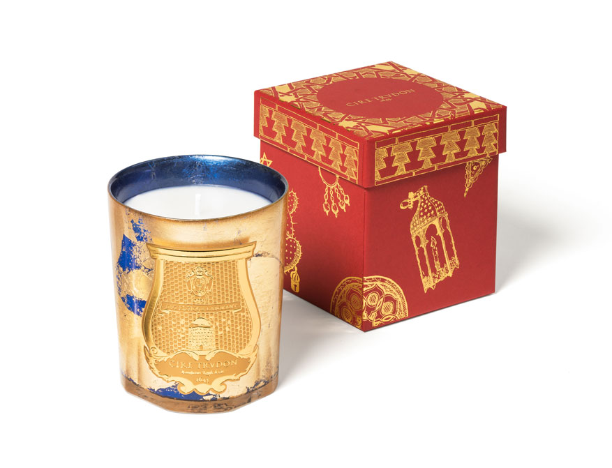 Die Duftkerze Fir in blau-goldenem Glas aus der limitierten Christmas Kollektion 2020 von Cire Trudon