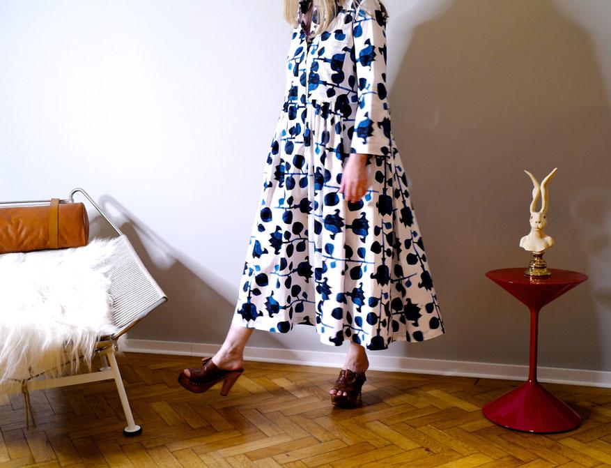 Das Kleid in blau/weißem Blumenmuster mit langen Ärmeln und Kragen aus 100% Poppelinbaumwolle aus der Sommer 21 Kollektion von Odeeh