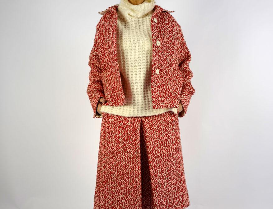 Der Rock mit Jacket in rot-creme farben mit dem Pullover in creme aus der Winterkollektion 2021/2022 von Odeeh