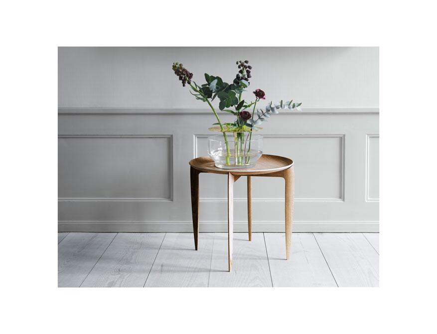 Die Ikebana Vase in rund und der Fodable Table in Ausführung Eiche von Jaime Hayon by Fritz Hansen