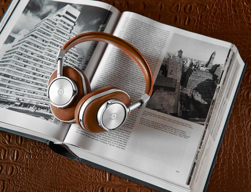 Die Wireless Over Ear Headphones MW60 von Master & Dynamic in Ausführung silber/braunes Leder