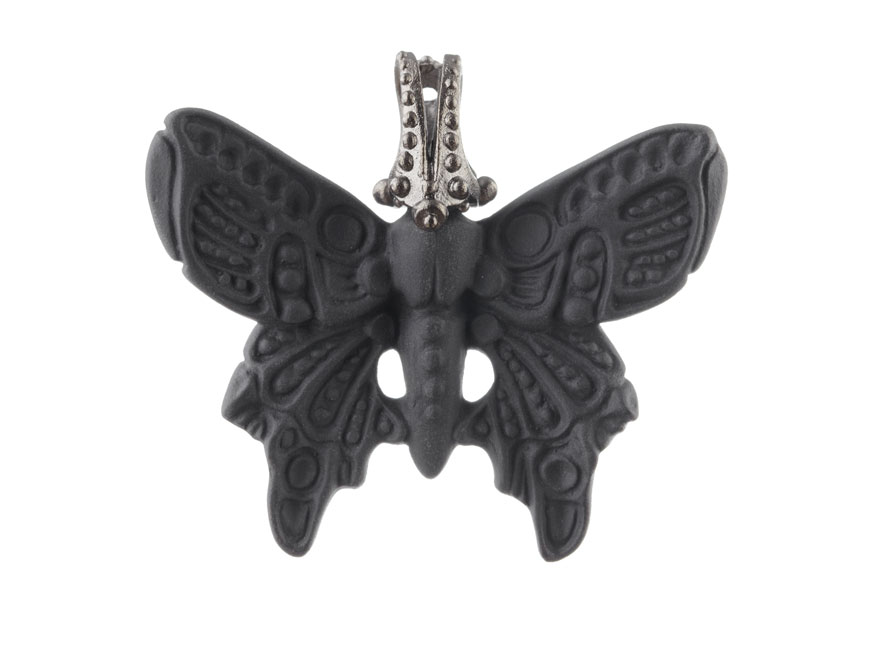 Der Schmetterling aus schwarzem Biskuitporzellan mit rhodinierter Silberöse von Patrik Muff für die Porzellanmanufaktur Nymphenburg