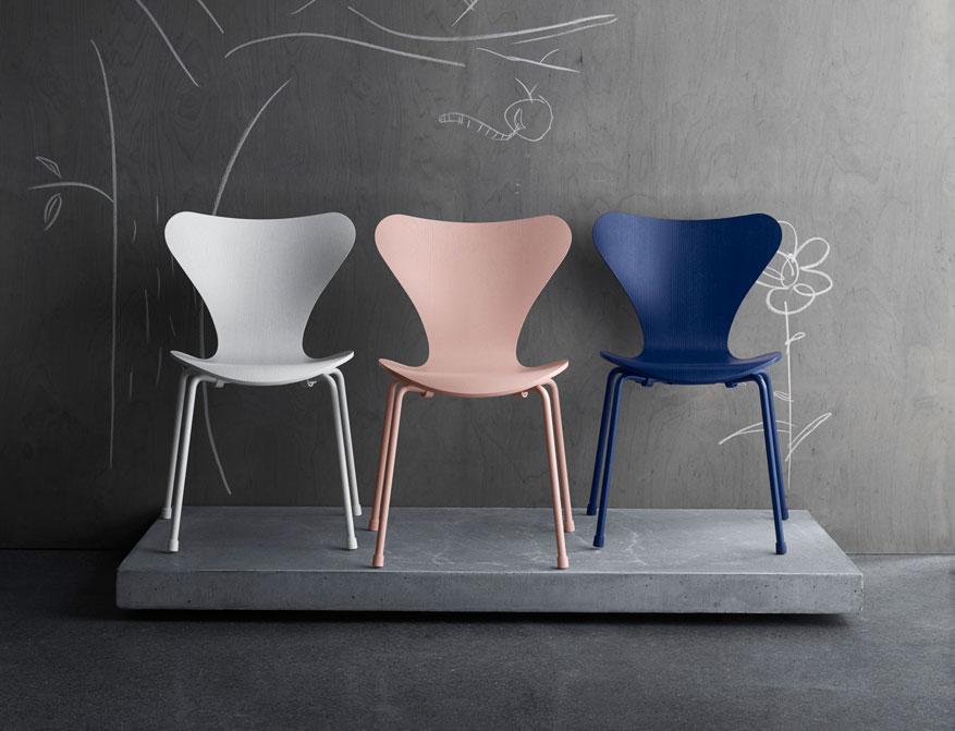 Der Kinderstuhl der Serie 7 in Ausführengen weiß/rosa/Ai Blue und pulverbeschichtetem Chromgestell von Arne Jacobsen