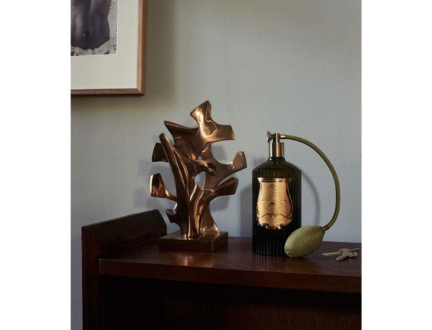 Der Raumduft in dem Flacon aus Glas mit Zerstäuber von Cire Trudon