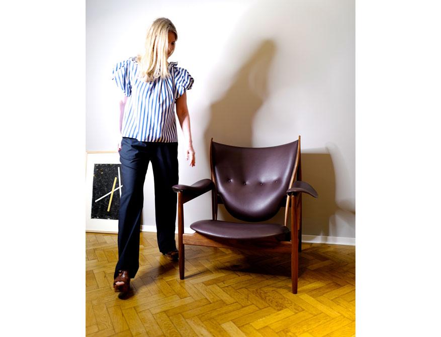 Die Hose in dunkelblau mit der Bluse in blau/weiß gestreift aus der Kollektion S/S 2021 von Odeeh