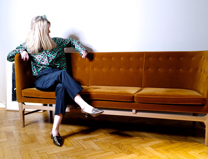 Die Hose in dunkelblau mit der gemusterten Bluse aus Seide aus der S/S Kollektion 2021 von Odeeh und die Sonnenbrille von Ayame Eyewear handmade in Japan