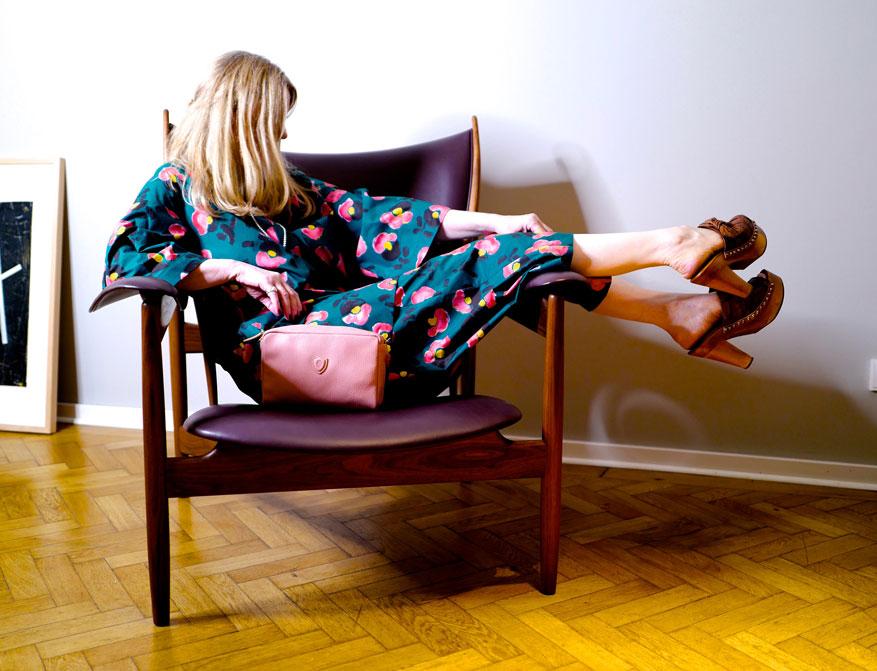 Die Hose und das Kleid/Tunika in türkis/gelb/rosa gemustert aus Baumwolle aus der Sommerkollektion 2021 von Odeeh und eine kleine Ledertasche in rosé von Felisi