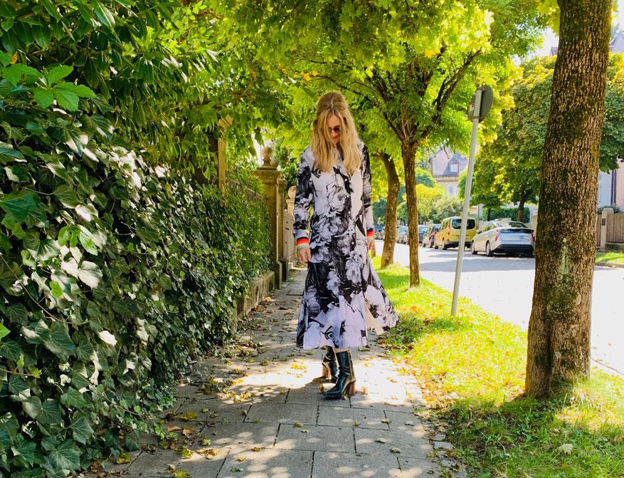 Das Kleid mit schwarz/weißem Print und bunten Streifen an den Ärmeln von Paul Smith aus der Kollektion A/W 19/20