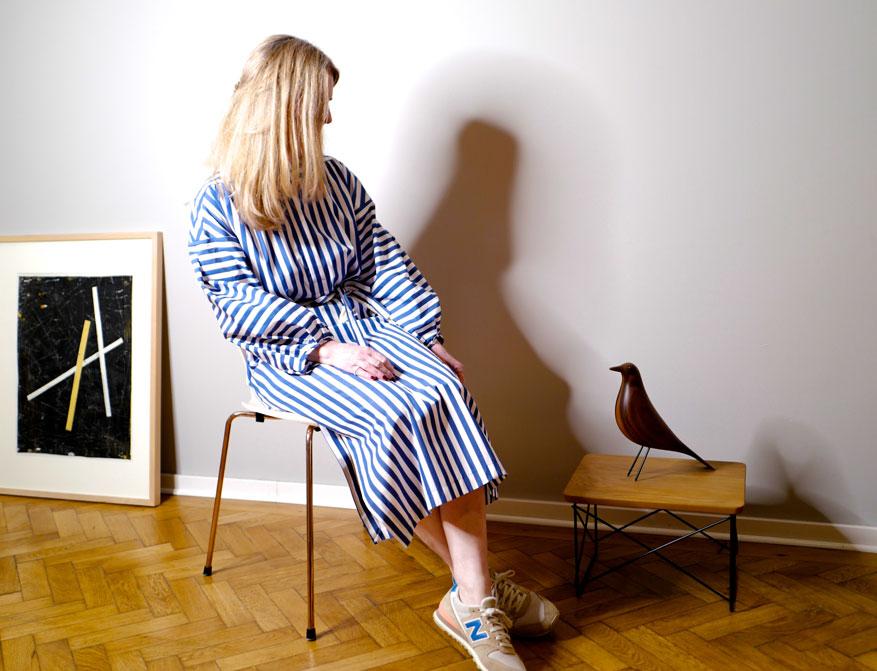 Das Kleid in blau/weiß gestreift mit langen Ärmeln und einer Schnürkordel aus 100% Poppelinbaumwolle aus der S/S 21 Kollektion von Odeeh