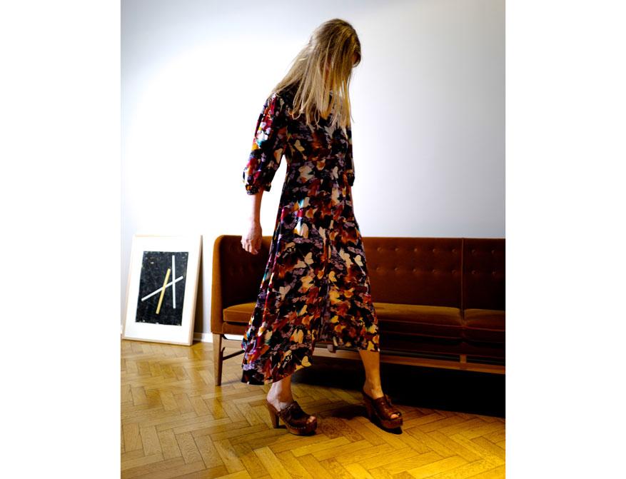 Das rot-orange-blau geblümte Kleid aus der Sommerkollektion 2021 von Paul Smith