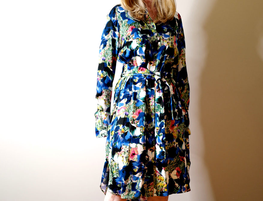 Das blau-grün geblümte Kleid mit Gürtel und Kragen aus der Sommerkollektion 2021 von Paul Smith