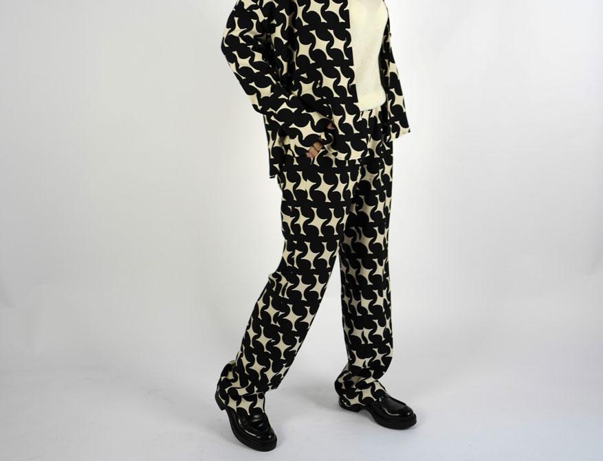 Die Hose in schwarz/creme und das Jacket gleichfarbig aus der Winterkollektion von Odeeh