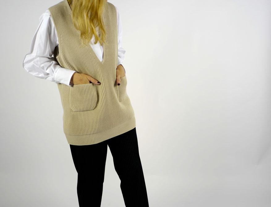 Die weiße Bluse mit der Nadelstreifhose aus der Winterkollektion von Odeeh mit dem Pollunder aus Wolle von Batoner