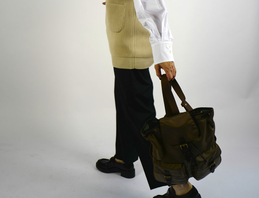 Die weiße Bluse mit der Nadelstreifhose aus der Winterkollektion von Odeeh mit dem Pollunder aus Wolle von Batoner und dem Rucksack von Felisi