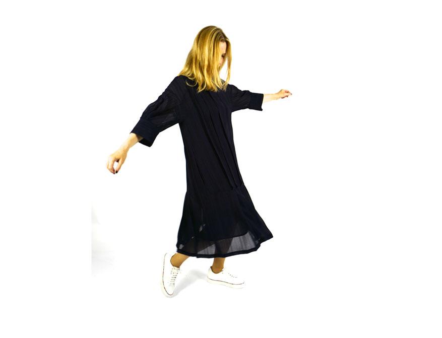 Das dunkelblaue Kleid aus der Winterkollektion 2021/2022 von Odeeh mit den weißen Sneaker aus Leder von Paul Smith