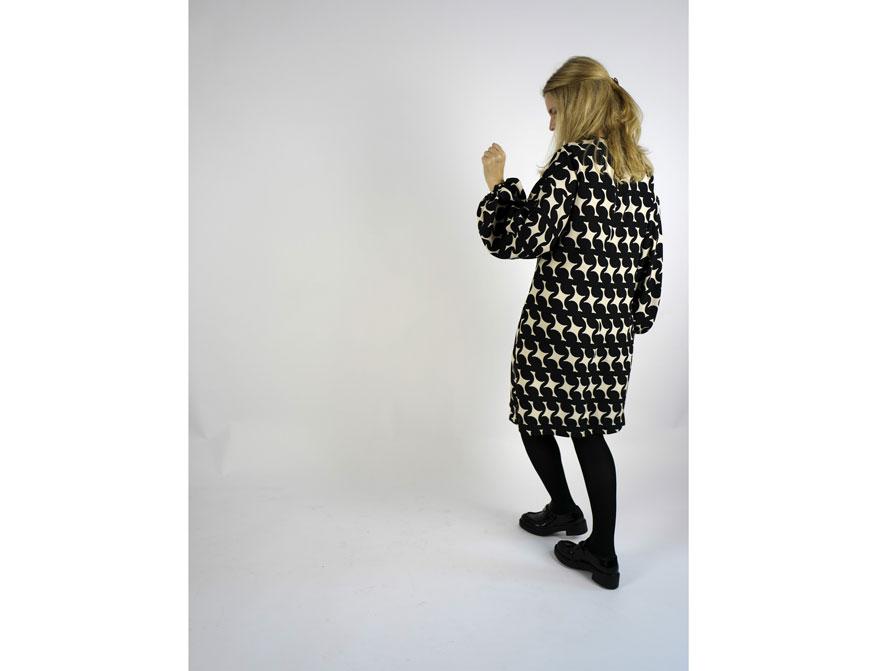 Das Kleid in schwarz-cremefarben aus der Herbst/Winterkollektion 2021 von Odeeh