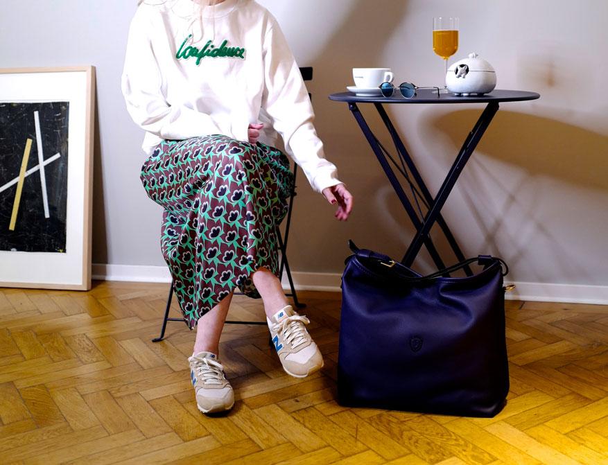 Der grün-braun gemusterte Rock aus Seide mit dem Sweater