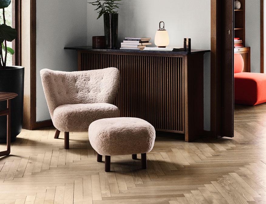 Der Sessel Little Petra mit Pouf in Ausführung Sheepskin mit Beinen aus Walnuss von &tradition