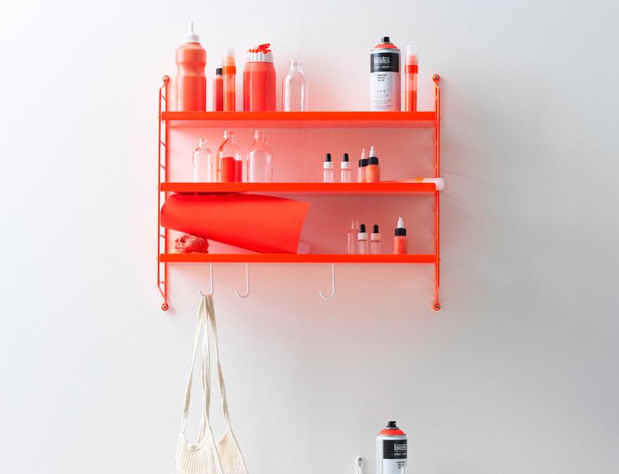 Das Regalsystem String Pocket in der Ausführung Neon Orange von String Furniture
